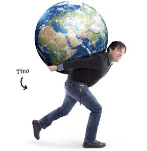 Tino met een globe op zijn rug